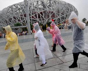 Ücretsiz nakliye Yüksek Kalite Tek kullanımlık Yağmurluk Moda Sıcak Tek Kullanımlık PE Trençkotlar Panço Rainwear outddor Raincoats Seyahat Yağmur Coat Wear