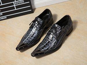 Vestido de los hombres Zapatos de cuero de metal en punta del dedo del pie de boda de los hombres zapatos de bordado Zapatos Hombre Plus Size Rivets Chaussure Homme