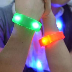 Suena control de vibraciones Control de LED parpadeante de silicona pulseras de seguridad de la noche del deporte del partido del festival de Halloween pulseras concierto decoración