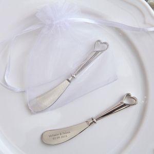 100PCS 개인화 된 버터 나이프 결혼식은 가방, 조각 된 신랑 신부 이름 선물을 가진 심장 확산기 신부 파티 선물을 중공을 호의를 보인다