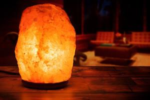 Lámpara de sal del Himalaya de cristal natural tallado a mano con resplandor del Himalaya con base de madera genuina, bombilla e interruptor de encendido y apagado