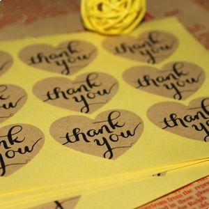 Wholesale- 300Pcs / Lot Cuore Design Paper Sticker 3.2 * 3.8 cm Evento Regalo Biscotto Pane Snack Torta Kraft Paper Sticker Matrimonio Grazie Sigilli