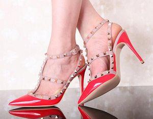 Marca de moda Picos Bombas Mujeres T-correa de tacones altos Moda correas del tobillo Remaches Stilettos Tacones altos Sexy Sandalias de novia