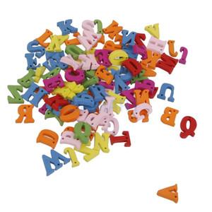 Atacado-100x letras de madeira coloridas alfabeto com furos Flatback enfeites artesanato DIY 1.5cm