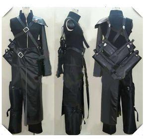Cosplay Nuvem Final Fantasy VII com broche saco de espada