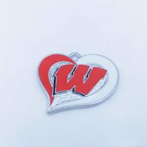 Atacado- (10 peças / lote) liga de zinco ródio Wisconsin Badgers time de futebol da faculdade redemoinho coração encantos
