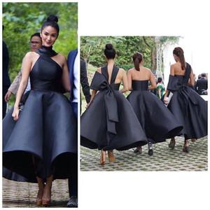 Trendy Short Black Brautjungfernkleider Halfter Bogen Tee Länge Satin Land Garten Strand Hochzeitsgast Kleider Trauzeugin Kleid Plus Größe