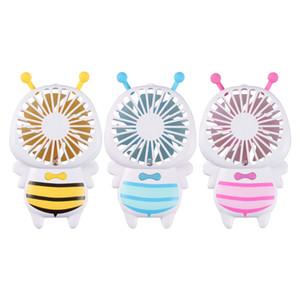 La abeja de la miel de la historieta sostiene el mini ventilador de carga portátil del fan con la pequeña luz de la noche
