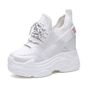 2018 Mulheres Verão Sapatilhas De Malha Sapatos de Plataforma Ocasional Sapatos Brancos 12 CM Saltos Cunhas Respirável Mulher Altura Aumento Sapatos