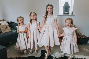 Lovely Flower Girl Abiti per matrimoni Satin Appliques in pizzo Blush rosa Satin increspato A Line Tea-Length semplice per bambini Abiti da sera per feste