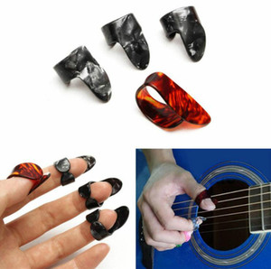 4 adet / takım Selüloit 1 Thumb + 3 Parmak Gitar Akustik Elektro Bas Gitar Için Gitar Penalar Kılıf Alır