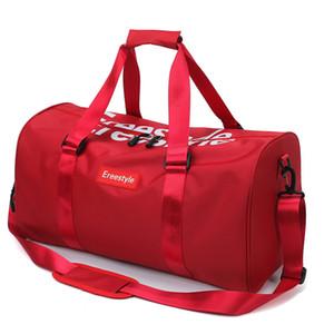 Gli uomini e le donne in genere portano una borsa da viaggio a breve distanza, un bagaglio di grande capacità leggero e semplice per lo yoga