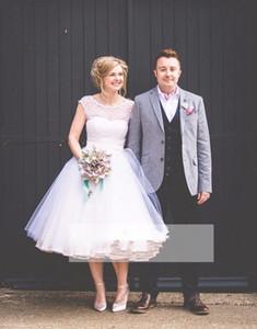 2020 hinchado corto vestidos de una línea de la boda ilusión Cap mangas de vestidos de novia Vestidos de novia Jardín Campo de boda blanco puntea la falda del Organza