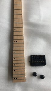 Custom Headless Strandberg Boden Guitare électrique Érable col droit, incrustation de points ormeaux, Cordier noir, boutons noirs, Boucle de bracelet noire