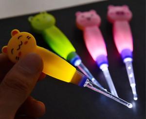 Oreille Oreille Seringue Bébé mignon Cleaner animaux lumineux cérumen cuillère propre lampe de poche en plastique Earpick poignée Livraison gratuite
