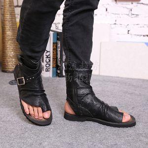 الصيف المصارع الصنادل للرجال أسود أبيض الكاحل جلد الرجال الشقق الأحذية الإيطالية الصنادل المسامير رجل شبشب دراجة نارية الأحذية حجم 46