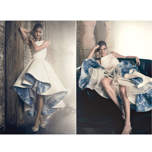 50er Jahre Vintage High Low White Ballkleider mit blauen Porzellanapplikationen Lace Futter Abendkleider O-Neck plissiert formelles Partykleid