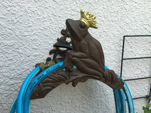 Vintage Cast Iron Wall Mounted Hose Holder Pipe Reel Rope Hose Hanger Rack Stand Frog Prince Rustic Brown Yard Garden Decor Metal Supplies