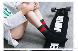 Kış Çorap Yeni Sonbahar Kore Eurpean Amerika Moda Küçük Arı Erkekler Kadınlar için Çorap Boyutu 36-39 2 Renk Siyah Beyaz