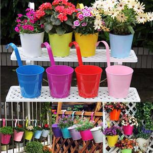 Nuevo diseño Candy Colors Flower Metal Hanging Pots Garden Balcony Wall Vertical Hang Bucket Iron Holder Basket con lata extraíble Home