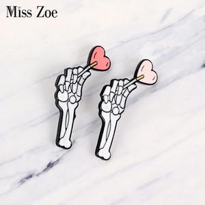 Amor gótico esmalte pin esqueleto mão com coração pirulito badge broche lapela pino denim jeans camisa saco escuro punk jóia presente