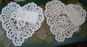 Commercio all'ingrosso libero di trasporto 100% cotone fatto a mano a forma di cuore crochet doily 14 cm, stuoia della tazza 20 pz / lotto whtie ed ecru