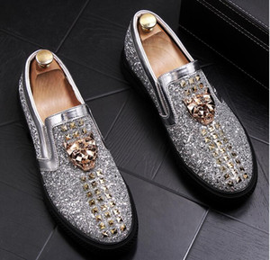 2018 New Designer Boat Spikes Pisos para hombres gold red Zapatos casuales Movie Super Stars Slip-on Rivets Studded Hombres Mocasines Zapatos 38-44.
