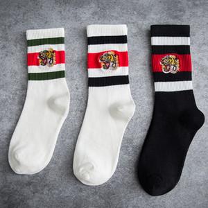 Calcetines de diseño Tigre bordado de lujo Diseñador de la marca Mujeres Calcetines Marea Marca Transpirable Deportes calcetines de algodón a rayas