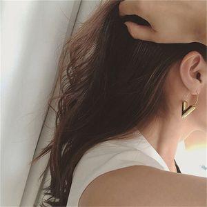 2018 venta caliente nueva moda tendencia pendientes simple metal viento letra v forma stud pendientes para mujeres regalo