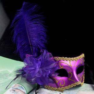 Maschera da ballo in maschera da donna in masquerade con piume di struzzo. Maschera in maschera veneziana con maschere di carnevale veneziane