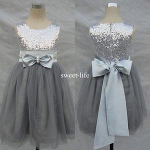 2019 Una línea corta Bling Bling Flowers Girl Dresses Wedding Silver Grey Lentejuelas Sash Bow sin mangas Tulle Flower Vestidos de comunión formales