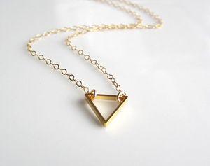 1 ADET küçük hollow üçgen kolye Geometrik üçgen kolye basit poligon geometri V kolye kadın erkek demir üçgen şanslı takı