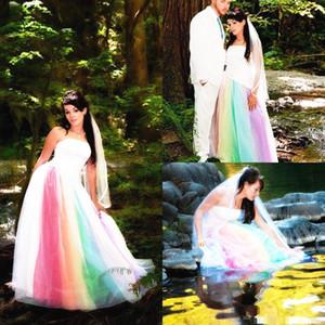 Acquista il più nuovo abito da sposa arcobaleno all'aperto senza spalline in raso di tulle lunghezza del pavimento una linea abiti da sposa lunghi colorati romantici su misura