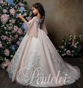 Princess Flower Girls Dresses 2018 Bell Sleeves apliques de encaje Ballgown Vestido de primera comunión para niña Sweep Train