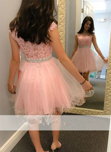 Rosa 2018 Elegante Short Homely Vestidos Uma Linha Sheer Neck Cap Mangas Mini Tulle Lace Applique Frisado Plus Size Vestidos de Festa Do Baile
