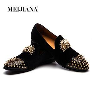 Dedo de Toalha de Ouro feito à mão dos homens Mocassins de Veludo de Casamento de Metal apontou Toe rebite Sapatos de Vestido Dos Homens Flats de Metal Britânico dedo do pé redondo Deslizar sobre Sapatos Casuais