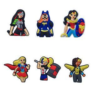 6 Pçs / lote DC Super Hero Girl PVC Dos Desenhos Animados Sapato Encantos Ornamento Fivelas Apto para Sapatos Pulseiras, Charme Decoração, Sapato Acessórios Presente Do Partido