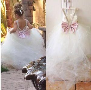 Vestidos de princesa Flowergirl Vestidos de fiesta encantadores Vestidos del banquete de boda de las muchachas florales Tul suave cristales Arco V Volver por encargo Hada barrido tren