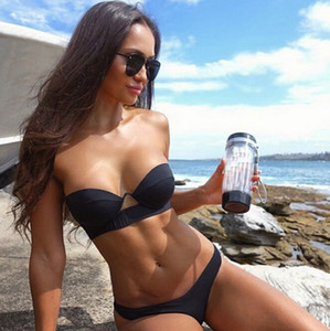 Badeanzug der schwarzen reizvollen Bikini-Frauen Sommer, der draußen zwei Stück-Badebekleidungs-Set schwimmt