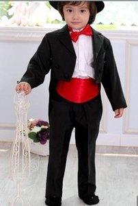 الدعاوى القادمون الجدد أبيض / أسود رئيس خدم يرتدي بذلة الذروة التلبيب الصبي الرسمية ملابس مناسبة للأطفال البدلات الرسمية حفل زفاف (سترة + سروال + حزام + ربطة عنق) 619