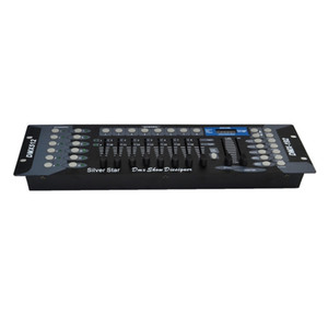 O operador do console do controlador DMX de DMX 192 para a peça de luzes da fase ilumina DMX192