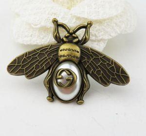 Yeni yeşil bronz arı broş G kelime retro Inci arı pin coat dekoratif broş