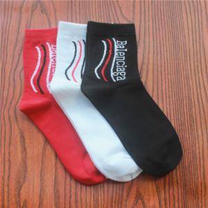 Mode-Streifen Neuer Brief Stocking Europa Amerika Socken aus Baumwolle Schwarz Weiß Rot Wellig Socken reine Farben-Sportsocken