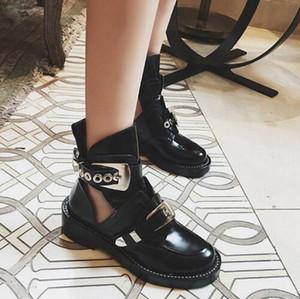 Bahar cut-out deri ayak bileği çizmeler altın şerit tokaları donanım çizme serseri ayakkabı klasik Biker çizmeler yuvarlak ayak motosiklet çizmeler
