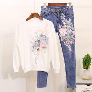 Mooirue Autumn Women Flower Matching Sets T-shirt lavorata a maglia con ricamo dolce + jeans a matita slim Donna bianco rosa vestito a due pezzi