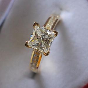 Drop Shipping Square Shape 2 ct Diamond Diamond Engagement Ring Micro pavimentazioni Impostazioni Fine Silver Rings 24K gioielli in oro giallo placcato