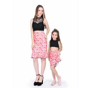 Мать и дочь одежда черное кружево мозаика подвергается пупок короткий жилет + цветы печатных юбка костюмы семьи соответствующие наряды M053