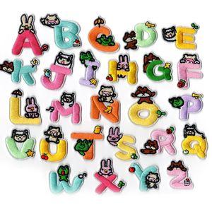 26 parches bordados del alfabeto animal de la historieta de la historieta para el nombre de la costura del hierro del remiendo de DIY en las insignias de los cabritos de la ropa