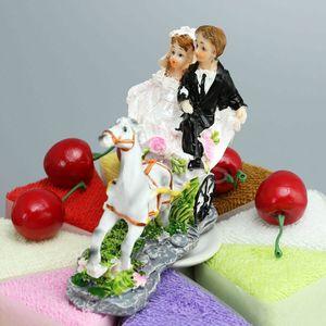 """FEIS Fashion """"Sposo e sposa seduti sulla carrozza"""" Cake Topper Cake Decoration Wedding Decoration Accessori nuziali Poly Resin Materia"""