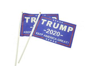 Bandera que agita de la mano de Donald Trump 2020 con el polo presidente USA Patriot